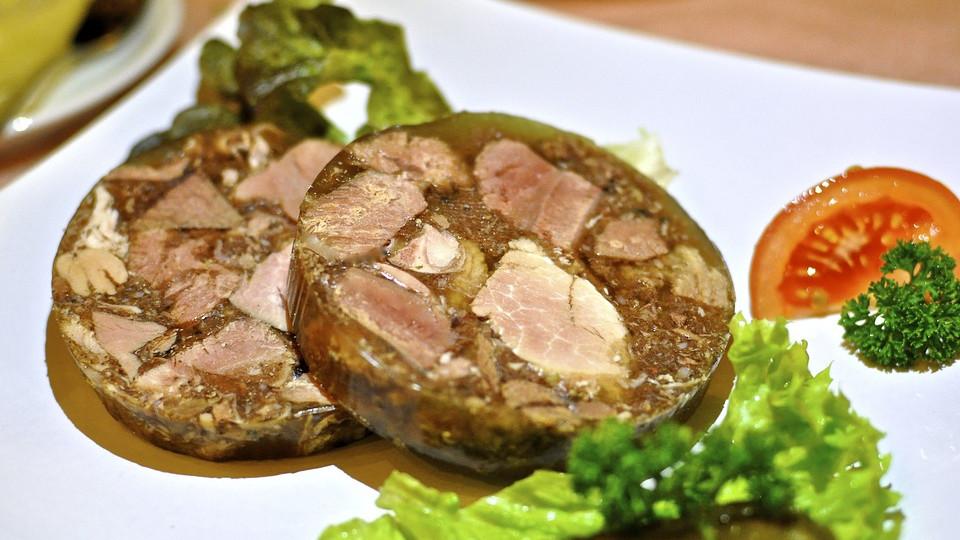 Холодец - мясное блюдо, получившееся от сгущения мясного бульона