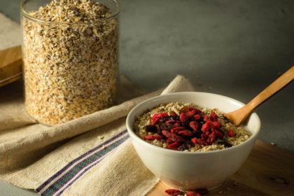 Овсянка - полезная вкусная каша из овсяной крупы, готовить легко, это замечательный завтрак
