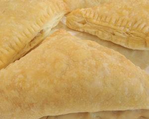 Приготовить самим пирожки из слоеного теста можно с любой начинкой, пирожки вкусные и аппетитные, тесто может быть пресным и дрожжевым