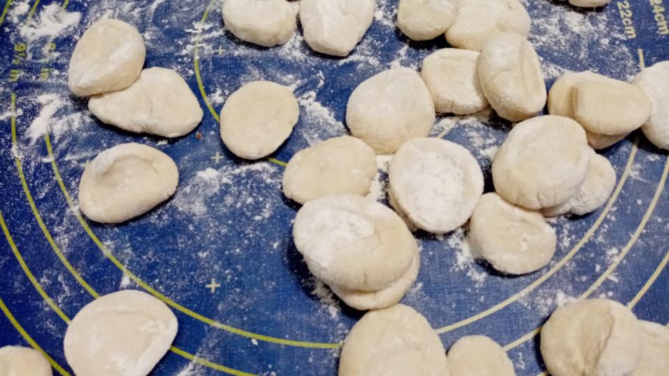 расплющенные кусочки теста для приготовления пельменей