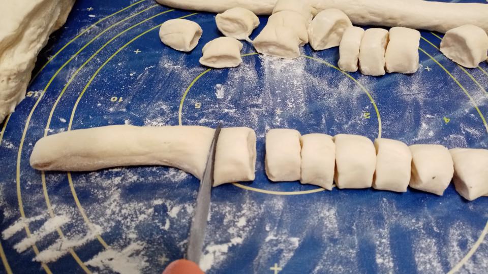 Жгутики теста разрезаны на кусочки