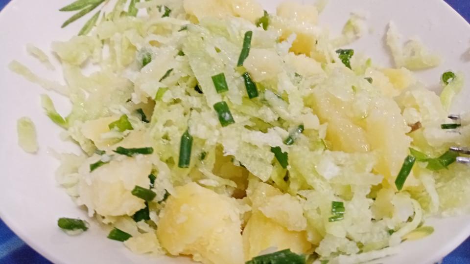Салат из редьки и картофеля с зеленым луком