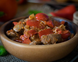 куриная печень, обжареная и тушеная с овощами, вкусное и простое блюдо