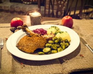 Гусь жареный на праздничный стол можно подать порционно или целиком, начинки и гарнир дополнят и придадут дополнительные нюансы вкуса