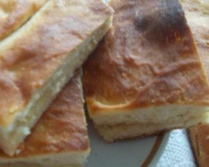 Ленивый пирог легко и просто приготовить, просто замесите тесто, разложите начинку и ждите подъема, а потом просто в духовку