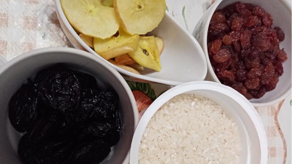 Ингредиенты для супа из сухофруктов и риса