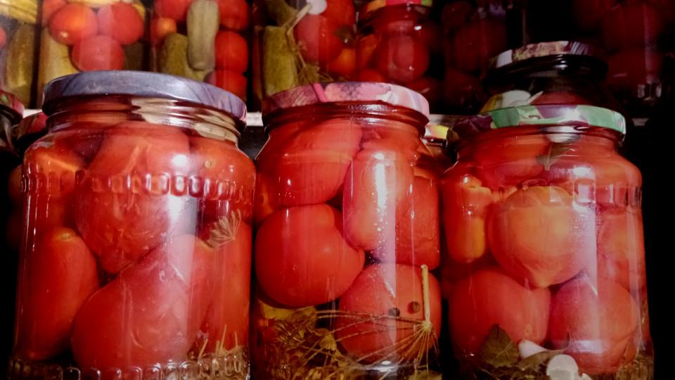 консервированные томаты в стеклянных банках
