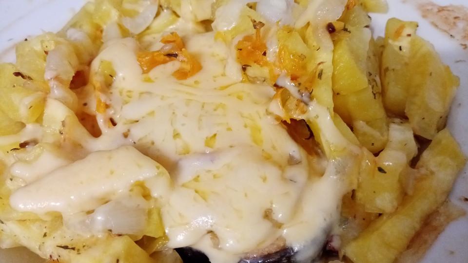 приготовленная рыба с картофелем