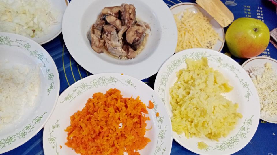 Подготовленные для салата мимоза ингредиенты