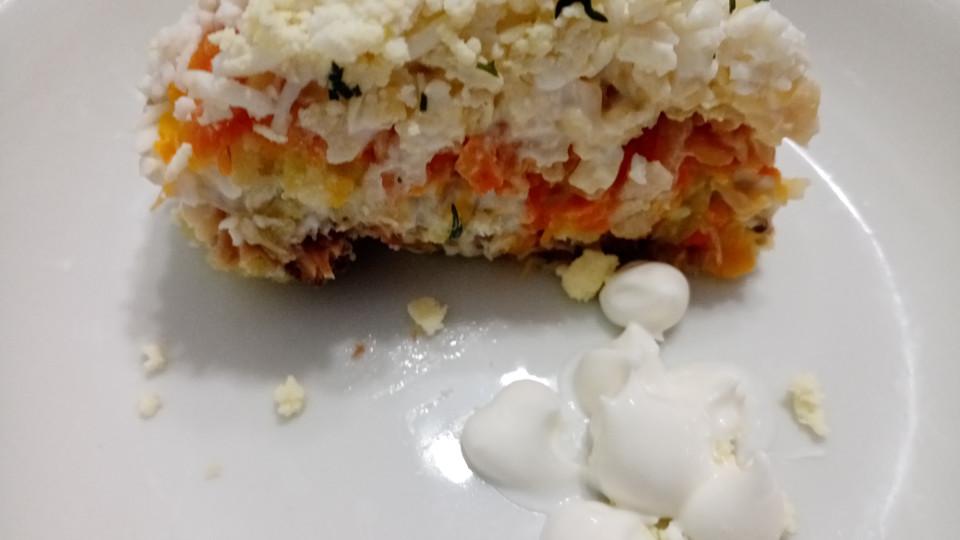 Порция салата Мимоза на тарелке