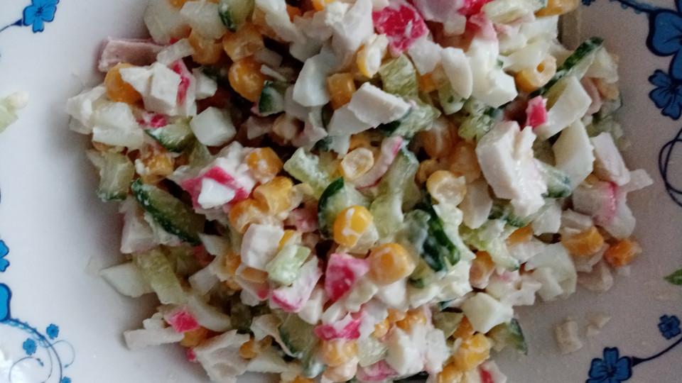 Крабовый салат с кукурузой и свежим огурцом