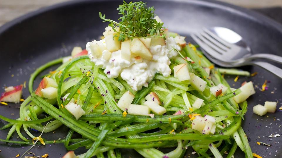 Салат из огурцов с творогом