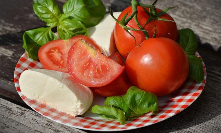 Ингредиенты для салата из помидоров простые и доступные