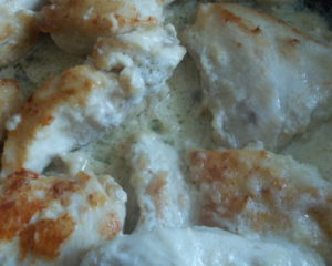 Вкусное блюдо курица с зеленым горошком, филе обжаривается перед запеканием