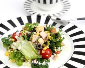 Замечательный салат с мясом курицы полезный и вкусный, рецепт приготовления прост