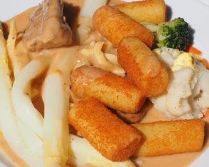 Крокеты из куриного мяса очень вкусное блюдо, небольшие шарики или колбаски жареные во фритюре