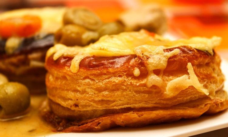 Волованы с курицей и грибами - вкусная корзиночка из слоеного теста с начинкой