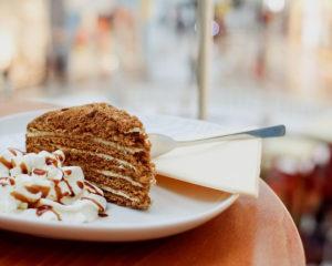 Медовый торт (рецепт медового торта из старого журнала) приготовлени из медового теста со сливочным кремом