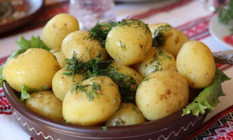 Самый простой вариант приготовления картофеля, просто его отварить и посыпать зеленью, вкусно и просто