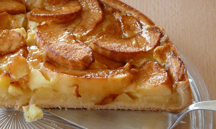 Легко и просто испечь к чаю вкусныю выпечку - яблочный пирог. Корж из теста и начинка из яблок, готовить просто, пирог вкусны