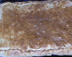 Вкусный пирог с грибами легко приготовить из дрожжевого теста и грибов, свежих или соленых