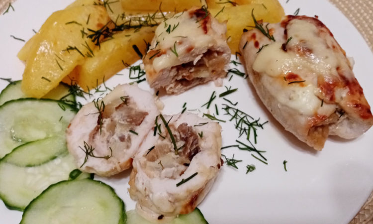 Куриные рулеты с грибами, сыром и луком