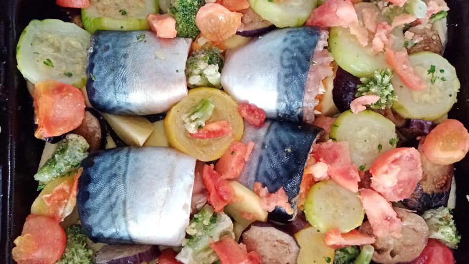 Рыбные рулеты в форме с овощами